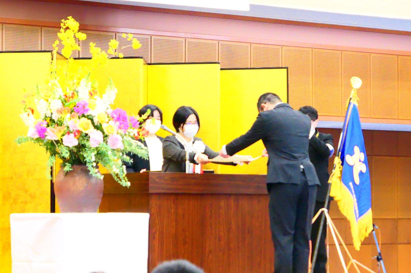 各クラス代表に校長から卒業証書を授与
